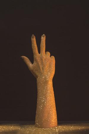 De was dient gouden lovertjes in die drie vingers op zwarte tonen