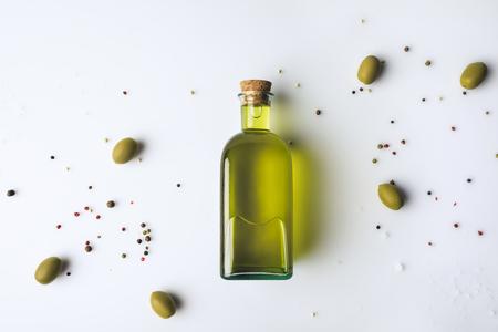 オリーブ オイルとオリーブの白で隔離ガラス瓶のトップ ビュー 写真素材
