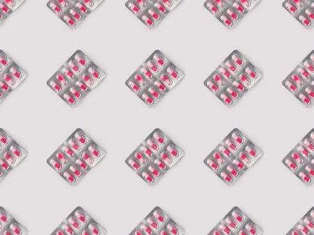 赤とピンクの錠剤は、白で隔離とブリスター パックのセット