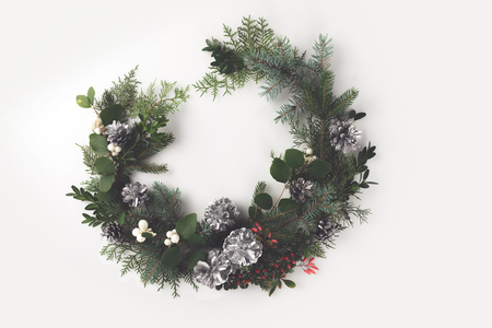 christmas wreath made of fir branches, pine cones and mistletoe, isolated on white Zdjęcie Seryjne