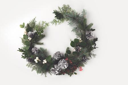 Kerstmiskroon van spartakken, denneappels en maretak, op wit wordt geïsoleerd te maken dat