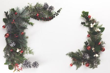 bovenaanzicht van kerst badrand van dennentakken, kerstballen en dennenappels, geïsoleerd op wit