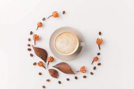 Bovenaanzicht samenstelling van koffiekopje omringd met prachtige bloemen op wit oppervlak Stockfoto - 89887065