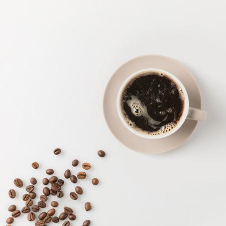 흰색 표면에 콩 커피 컵의 상위 뷰