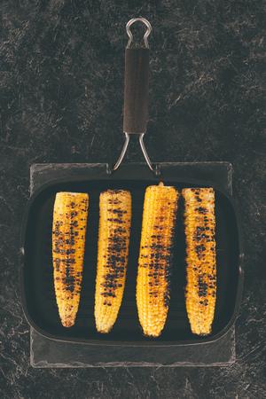 bovenaanzicht van gegrilde maïs op koekenpan Stockfoto