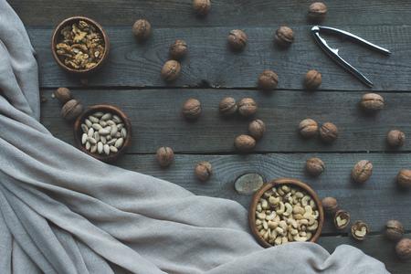 너트 크래커, 호두, 직물 및 나무 테이블에 그릇에 모듬 된 견과류의 상위 뷰 스톡 콘텐츠