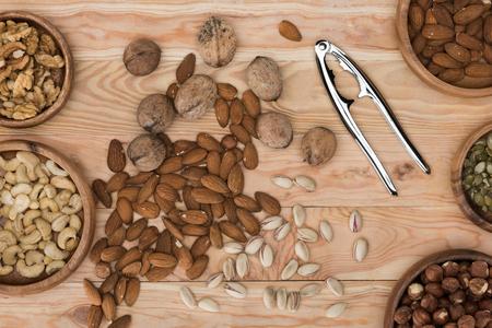 모듬 된 견과류와 나무 테이블에 호두 까 기 인의 상위 뷰