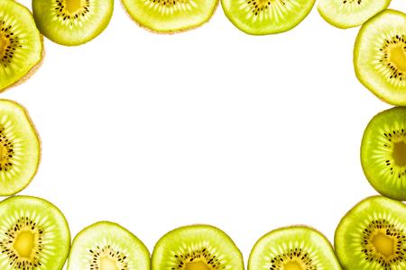 배열 된 키 위 과일 조각 화이트 절연의 상위 뷰