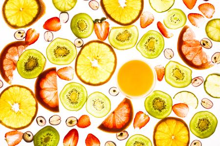 다양 한 과일, 딸기와 화이트에 격리하는 주스의 유리의 전체 프레임