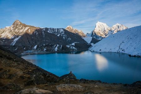 雪に覆われた山々 や湖のある美しい風光明媚な風景 写真素材