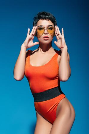 mooie vrouw in zwempak en zonnebril