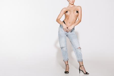 topless meisje in spijkerbroek