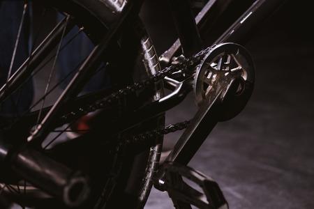 bmx自転車ペダルとホイールのクローズアップビュー
