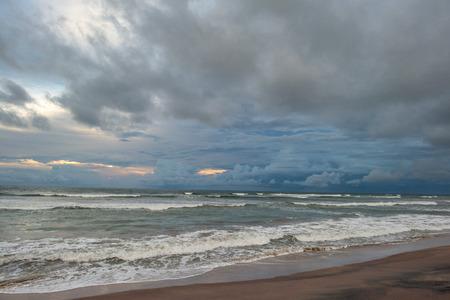 저녁에 폭풍우 치는 바다 위에 흐린 하늘 스톡 콘텐츠