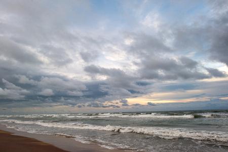 저녁 폭풍우 물결 치는 바다 위에 아름 다운 흐린 하늘