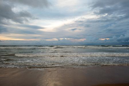 열 대 해변에서 흐린 저녁에 아름 다운 바다 경치