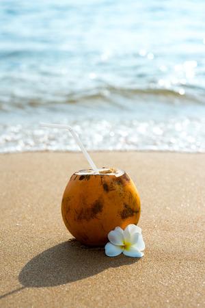코코넛에서 꽃과 모래 사장에서 맛있는 칵테일 스톡 콘텐츠