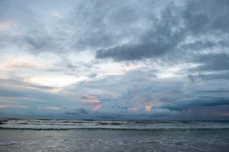 폭풍우 치는 파도와 흐린 저녁에 아름 다운 바다 경치