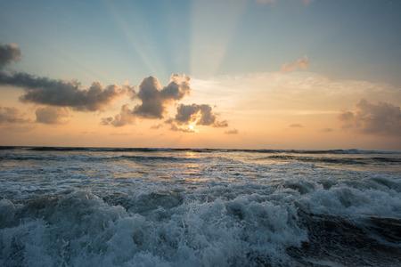 열 대 섬에 파도 치는 바다 위에 아름 다운 일몰