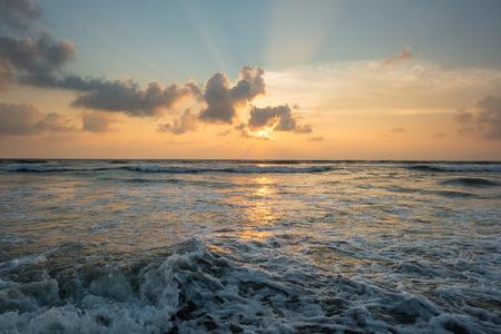 스리랑카에서 파도 치는 바다 위에 아름 다운 일몰