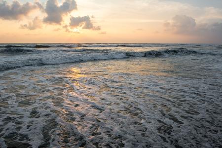 열 대 섬에 파도 치는 바다 위에 고요한 일몰