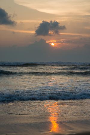 파도 치는 바다 위에 고요한 일몰 스톡 콘텐츠