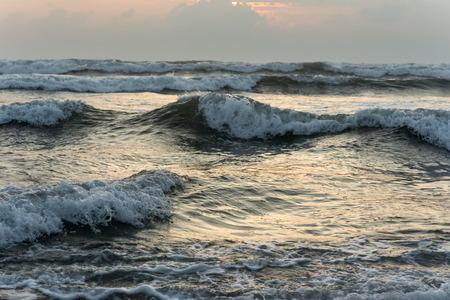 여름 저녁에 아름다운 물결 모양의 바다 스톡 콘텐츠 - 91443717