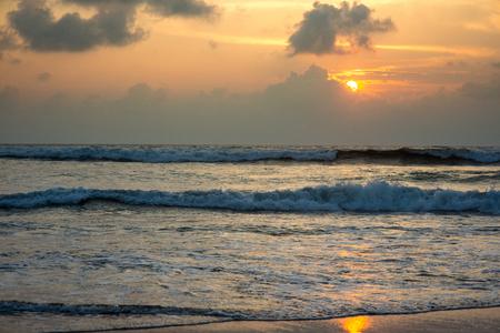 파도 치는 바다 위에 아름 다운 일몰