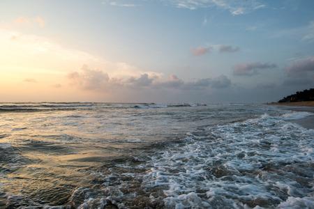 스리랑카에서 물결 모양의 바다 위에 아름 다운 여름 일몰