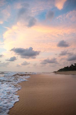 물결 모양의 바다와 열 대 해변 위에 아름 다운 석양 스톡 콘텐츠 - 91443787