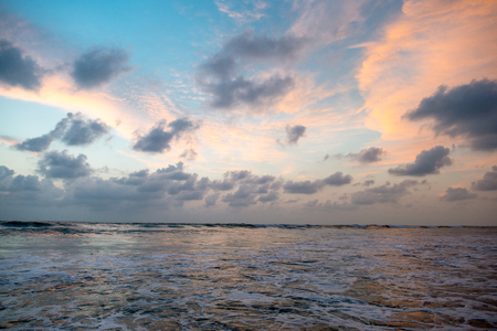 아름 다운 잔잔한 바다에 흐린 일몰 하늘