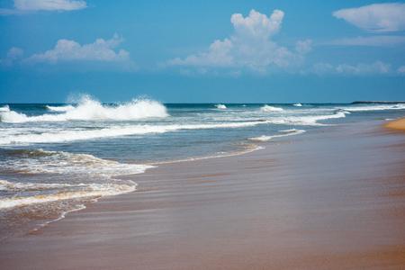 맑은 날에 아름 다운 물결 모양의 바다