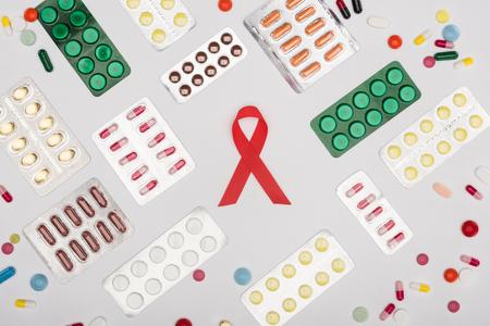赤い補助リボンと錠剤