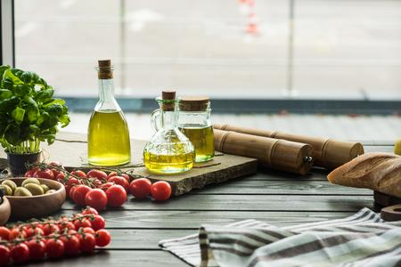 나무 테이블에 야채와 올리브 오일 병 스톡 콘텐츠
