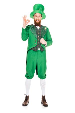 beau leprechaun en costume vert et un chapeau avec signe ok