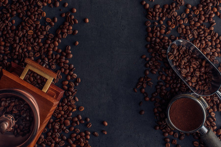 top view of roasted coffee beans, coffee grinder and scoop Reklamní fotografie