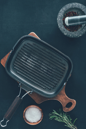 empty grill pan with spices on black tabletop Banco de Imagens - 93200495