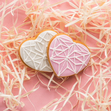 st valentines day flat lay with glazed heart shaped cookies Standard-Bild