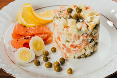 Russische salade op plaat met verspreide erwten Stockfoto