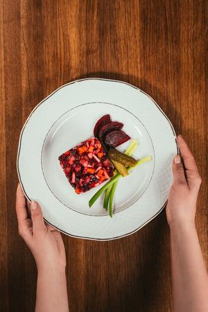 Essiggurssalat diente mit grünen Zwiebeln und in Essig eingelegten Gurken