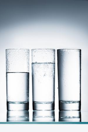 half volle glazen water Stockfoto