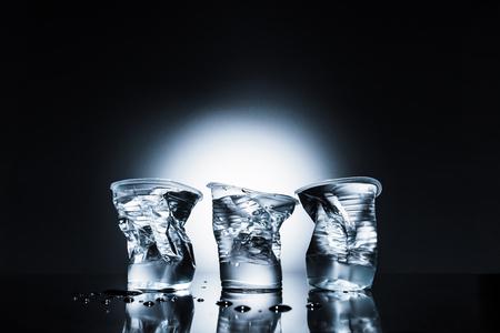 zerknitterte Plastikbecher Wasser