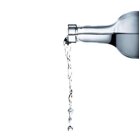 water gieten van een glazen fles