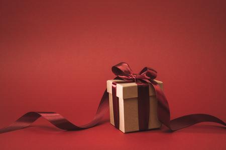 vista ravvicinata del presente decorato con nastro isolato su rosso