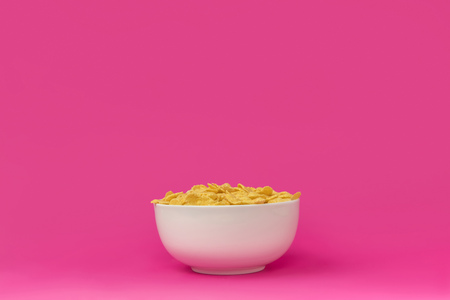 close-up view of white bowl with healthy tasty crunchy corn flakes Imagens