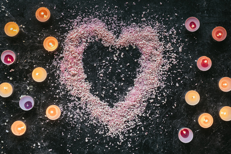top view of heart shaped pink sea salt and candles Stok Fotoğraf - 93508631