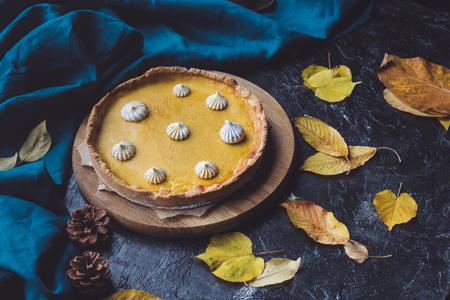 pumpkin pie on wooden chopping block 版權商用圖片 - 93600396