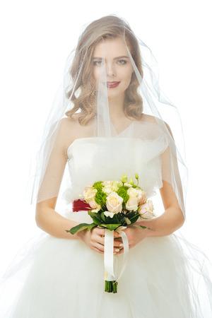 예쁜 신부 웨딩 드레스와 화이트 절연 손에 결혼식 꽃다발과 베일