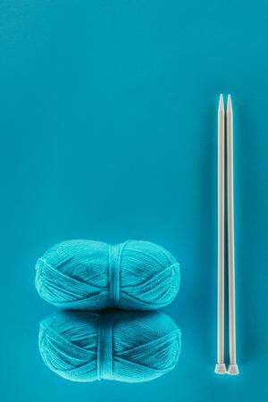 뜨개질 바늘과 뜨개질 원사 공 스톡 콘텐츠