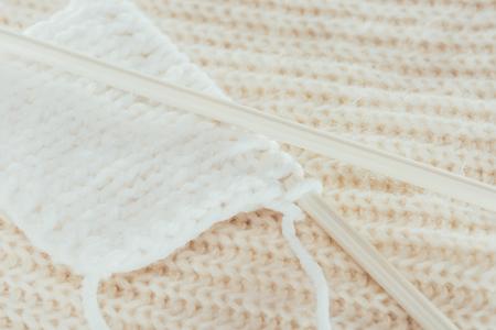 흰 모직 원사와 뜨개질 바늘 스톡 콘텐츠